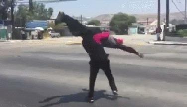 Мексиканские парни  веселят автомобилистов, пока горит красный свет) Красный, Развлечения, Трюк, Стул, Мексика, Гифка