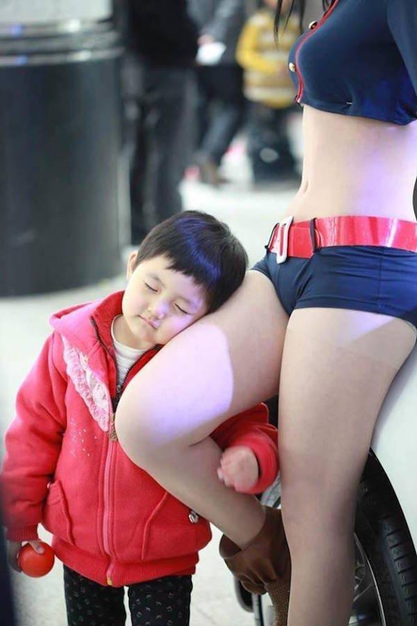 Просто фото ребенка в автосалоне