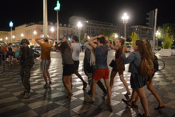 Грузовик протаранил толпу на набережной в Ницце Франция, Теракт, Новости, Грузовик, Погибшие