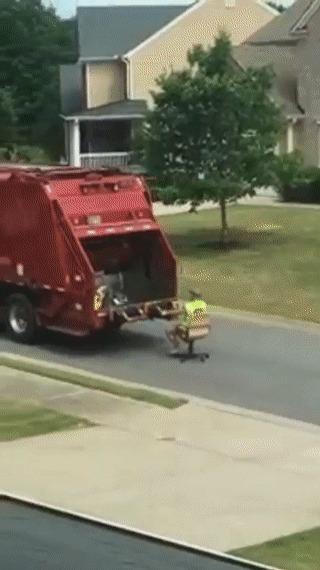 Уборщик мусора развлекается на работе