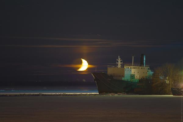 """Месяц и """"Котлас"""" Луна, Котлас, архангельск, ночь, астрономия, лёд, зима, река"""