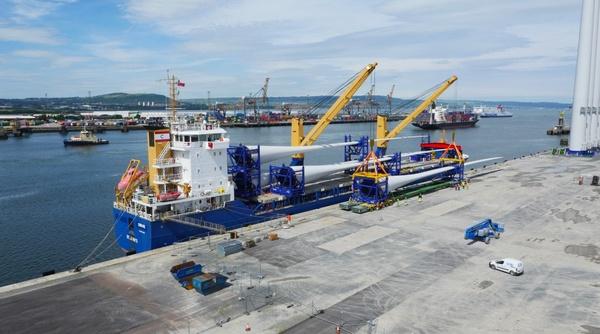 В Белфаст прибыли лопасти самого большого в мире ветряка Технологии, Великобритания, Ветряк, Длиннопост