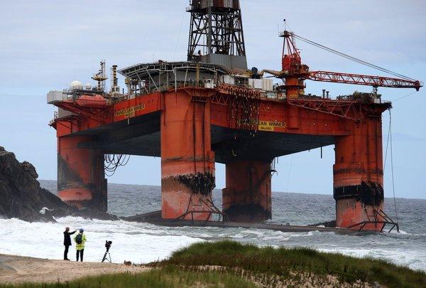 Буровую установку весом в 17 тысяч тонн штормом прибило к Шотландии Буровая установка, Шторм, Шотладния, Длиннопост