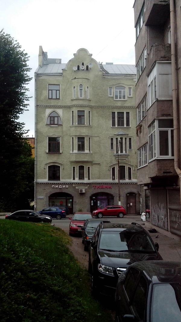 Дом, в котором все окна разные.
