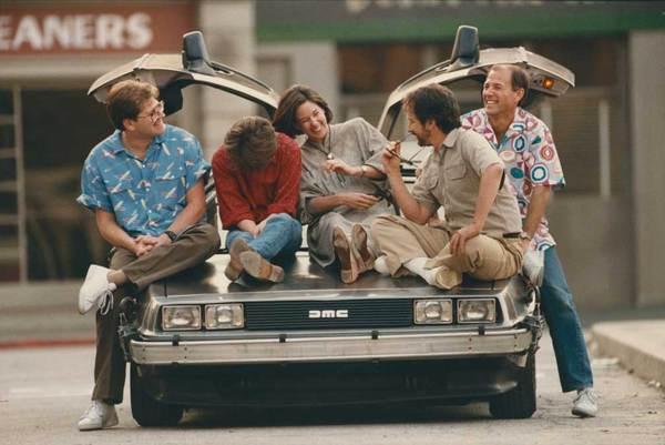 Роберт Земекис, Майкл Джей Фокс, Кэтлин Кеннеди, Стивен Спилберг и Фрэнк Маршалл на съёмочной площадке «Назад в будущее»