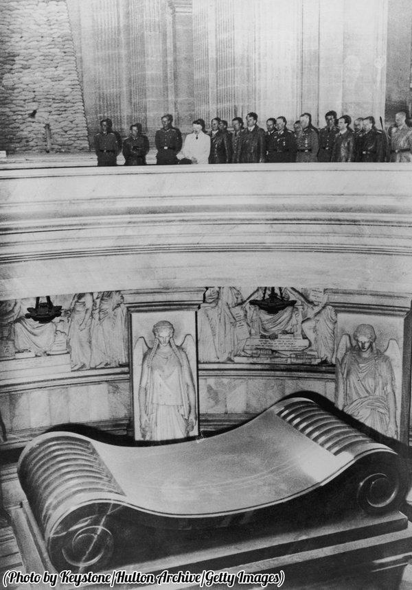Историческое фото. Гитлер посетил могилу Наполеона. Париж 1940 г.