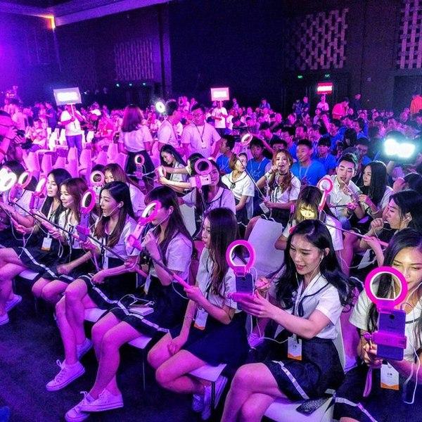 Так выглядят китайские девочки ютуберши. Каждая ведёт свою трансляцию. И смотрят их сотни тысяч.