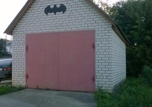 Недавно в комиксах стало известно что у Бэтмена есть база на луне . Но это не все у него есть еще база в России
