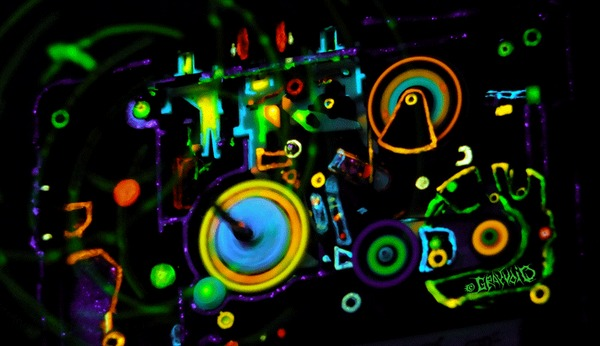 Активный генератор атмосферы «неоновых 80'х» Blacklight, Ультрафиолет, Acidcolors, Микросхема, Детство 80-х, Флуоресценция, Гифка, Длиннопост