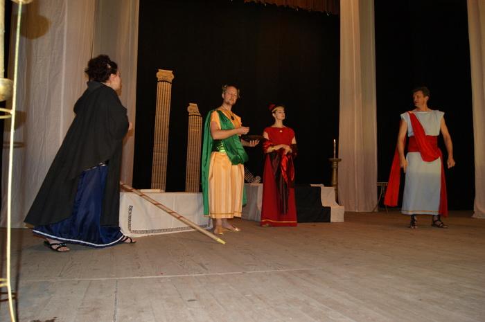 Задержка Театр, Байки, Сцена