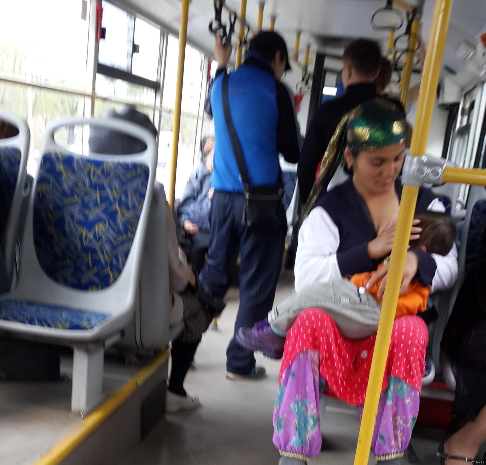 трогають груди в автобусі
