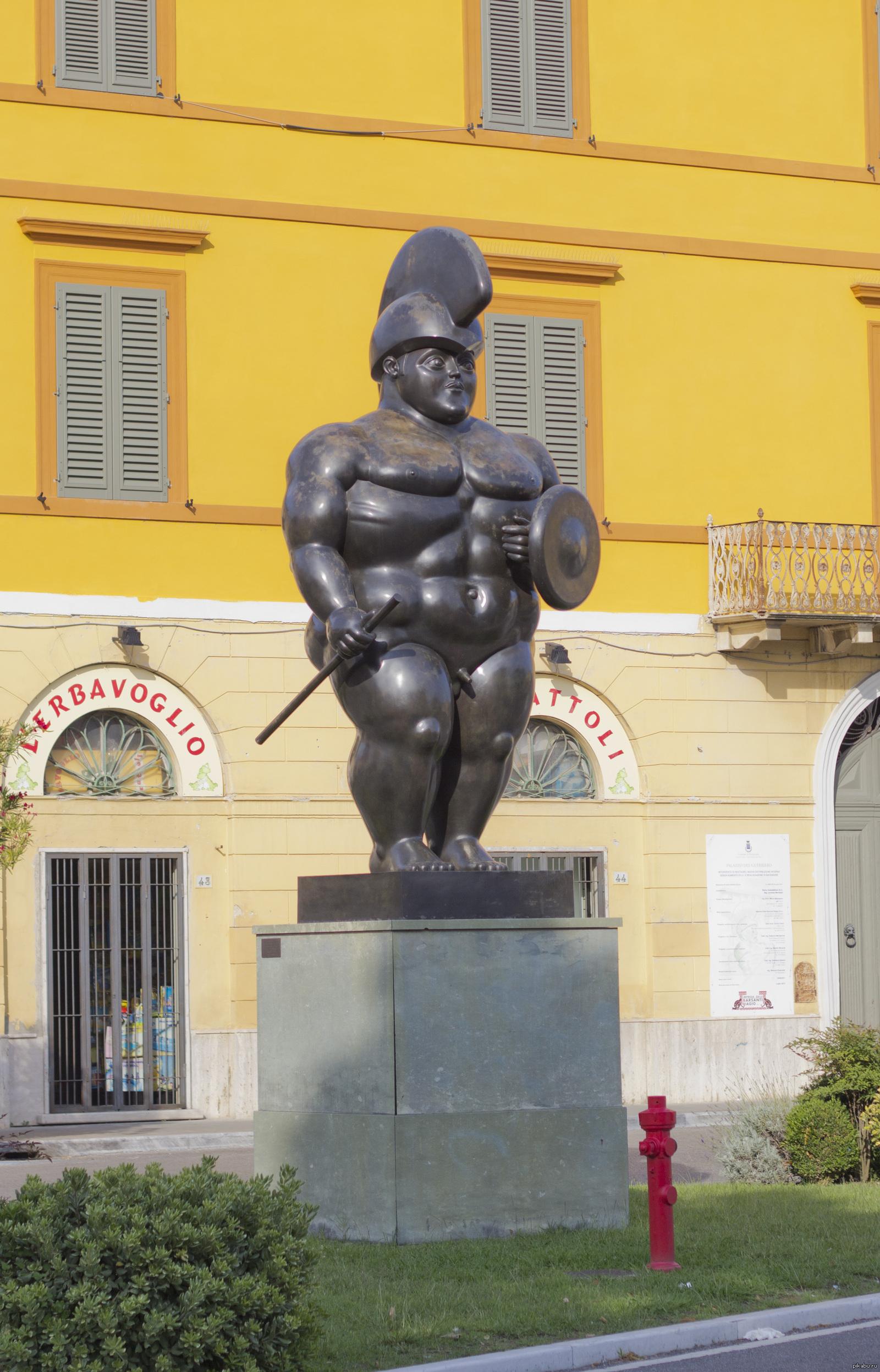 Стоит статую с огромным хуем