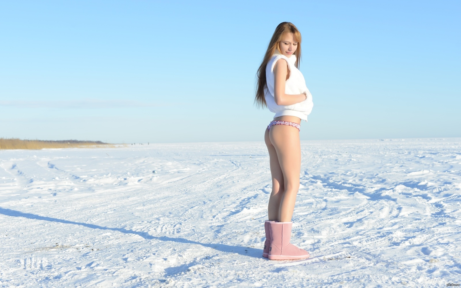 young-nude-girl-in-snow-photo