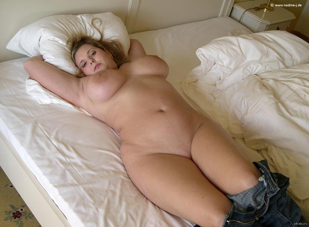 Fat girl waiting naked on bed