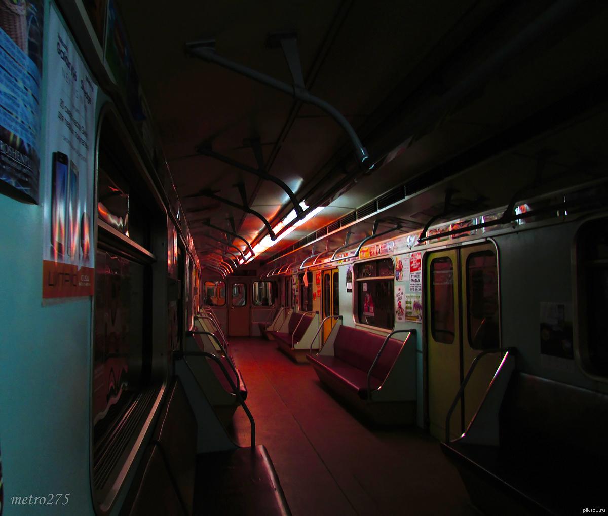 Мастурбирует в метро @ 1 XXX