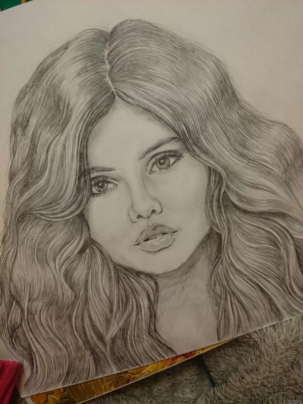 Художник девушка с карандашом
