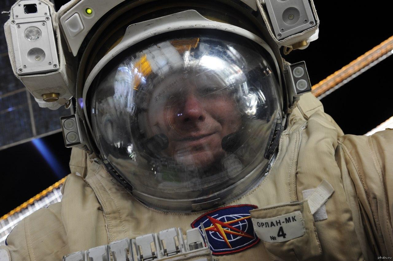 Геннадий Падалка в открытом космосе