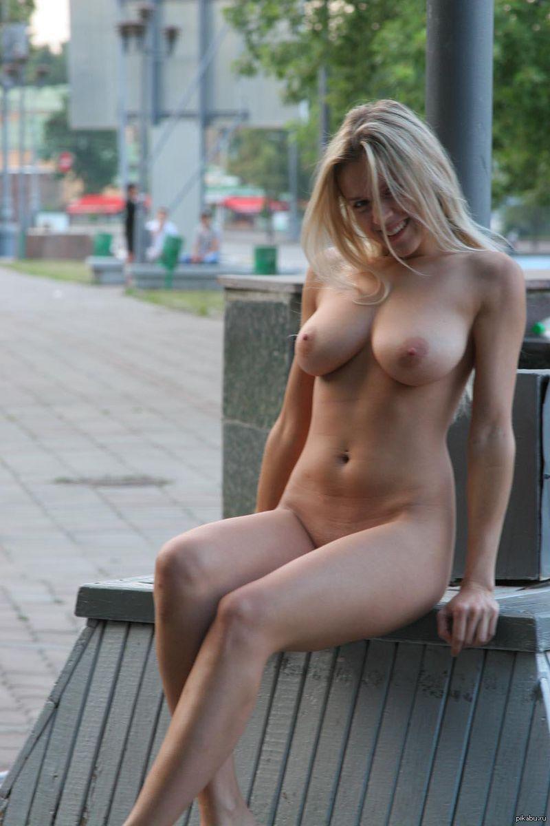 Сиськи на улице