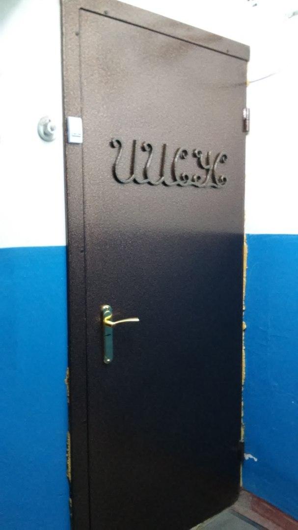 на одной из дверей в подъезде