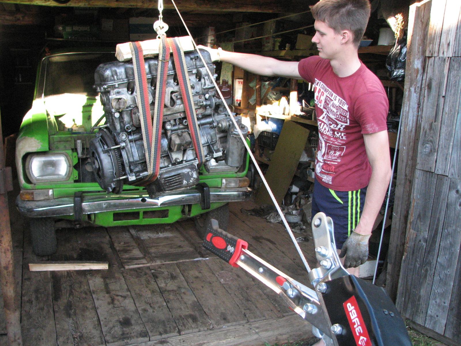 Сборка двигателей на конвейере видео конвейер роликовый инспекционный