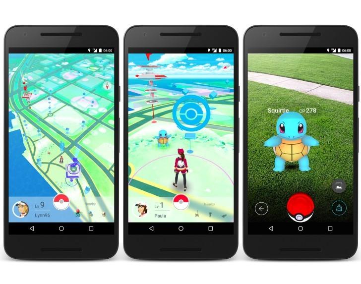 Лицо, держа мобильный телефон и игры pokemon go – стоковое.