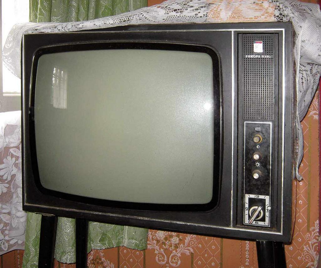 Эро рассказ она стояла в дверях а на экране телевизора фото 681-284