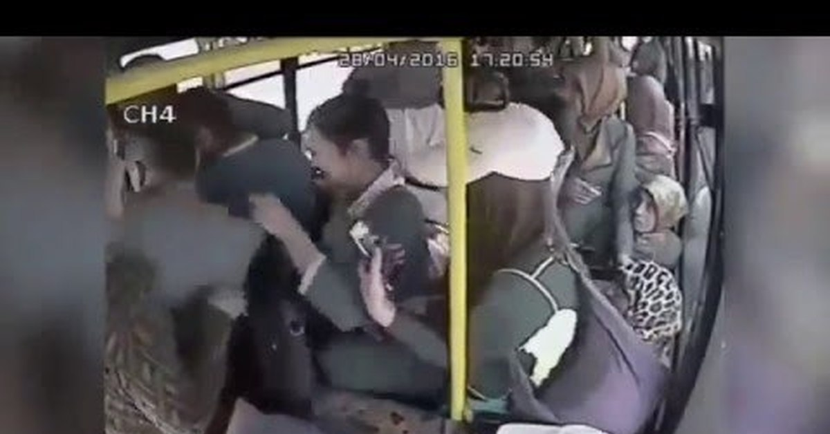 Автобусе пристают в