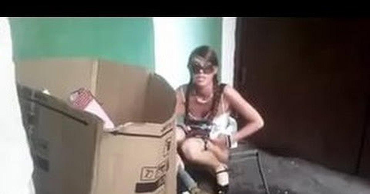 Мужик ссыт девке в рот видео кого